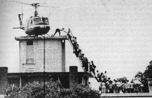 Bức ảnh đi vào lịch sử: Đám đông tranh nhau lên trực thăng trên nóc một ngôi nhà Sài Gòn
