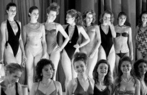Một nhóm các thí sinh tại phần thi áo tắm.