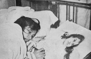 Trần Thị Lý ký tặng vào bức tranh vẽ mình khi trên giường bệnh (Ảnh tư liệu)